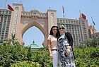 Yvonne Kess (links) und Ivonne Stang (beide Take Off Reisen) vor dem Atlantis the Palm