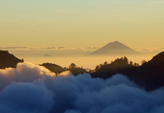Der Vulkan Mount Agung Auf Bali Steht Kurz Vor Dem Ausbruch. Foto:  Rosino/Wikimedia